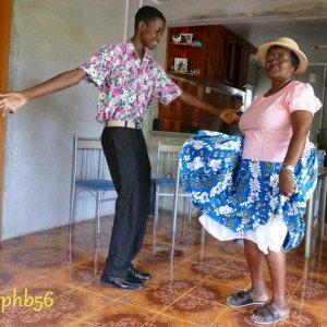 Les voyageurs qui découvrent les pas du séga tambour avec Dame Lorenza